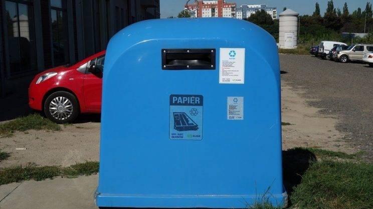 Obrazek przedstawia pojemnik na śmieci papierowe