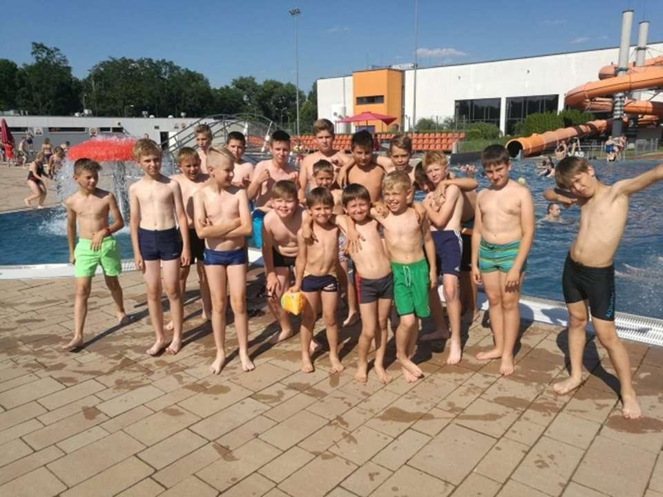 Grupa dzieci uczestnicząca w projekcie na otwartej pływalni Chrobry