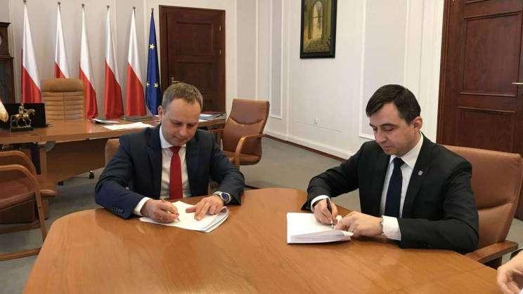 Prezydent Rafael Rokaszewicz i Wojewoda Dolnośląski Paweł Hreniak podpisują porozumienie ws. Biura Paszportowego w Głogowie