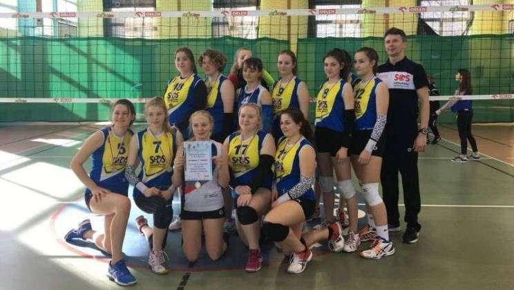 Reprezentacja szkoły wraz z trenerem z medalami2