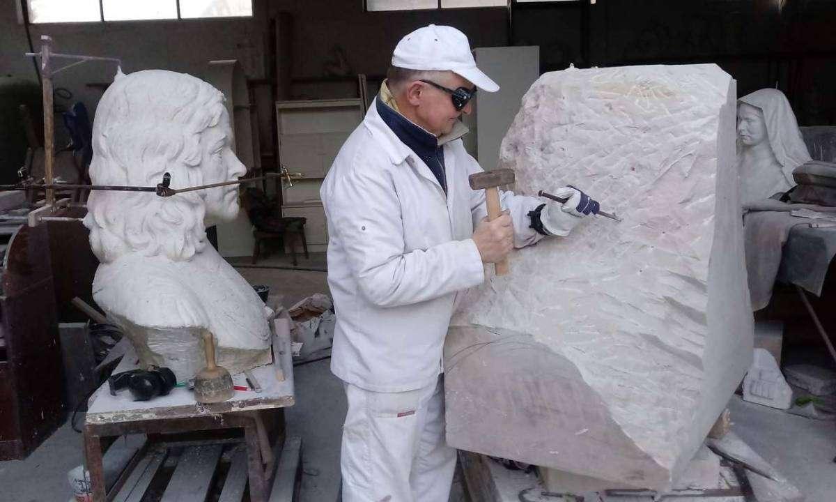 Tomasz Rodziński podczas tworzenia rzeźby