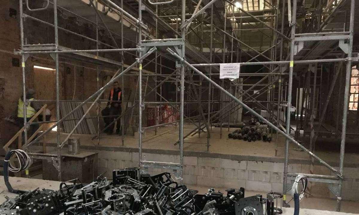 Wnętrze odbudowywanego teatru, marzec 2019
