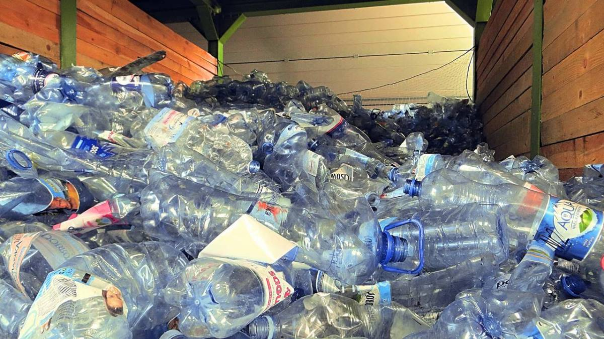 Do pojemników na plastik wrzucamy nie tylko butelki po wodzie