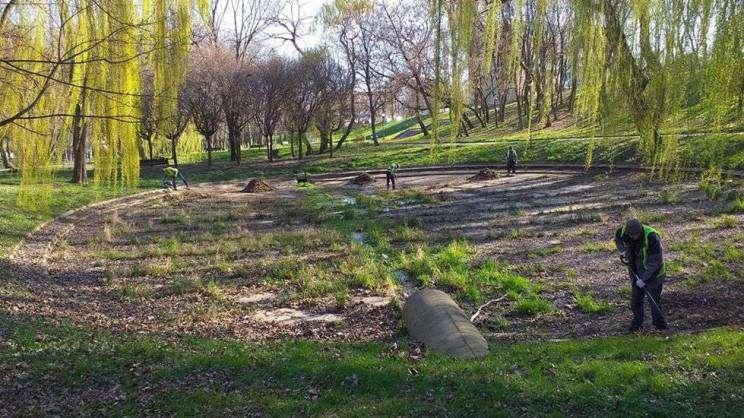 Oczyszczanie niecki w parku przy ul. Budowlanych