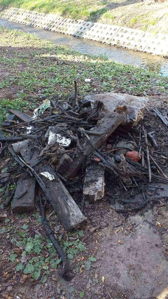 Odpady znalezione w rurociągu.