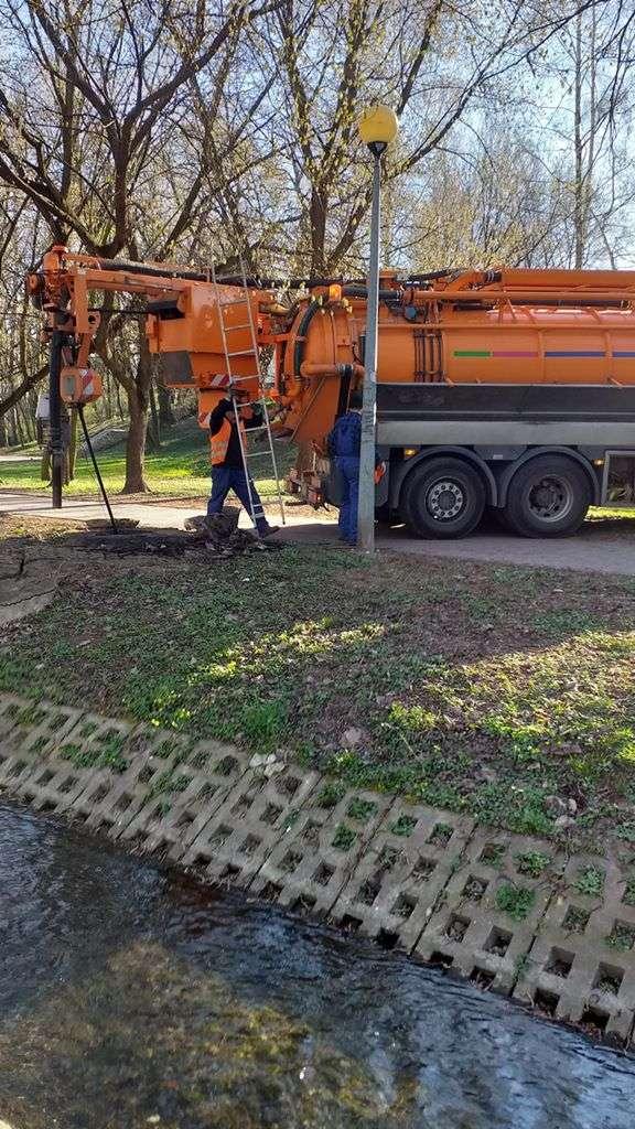 Pracownicy PWiK podczas oczyszczania rurociągu. (3)