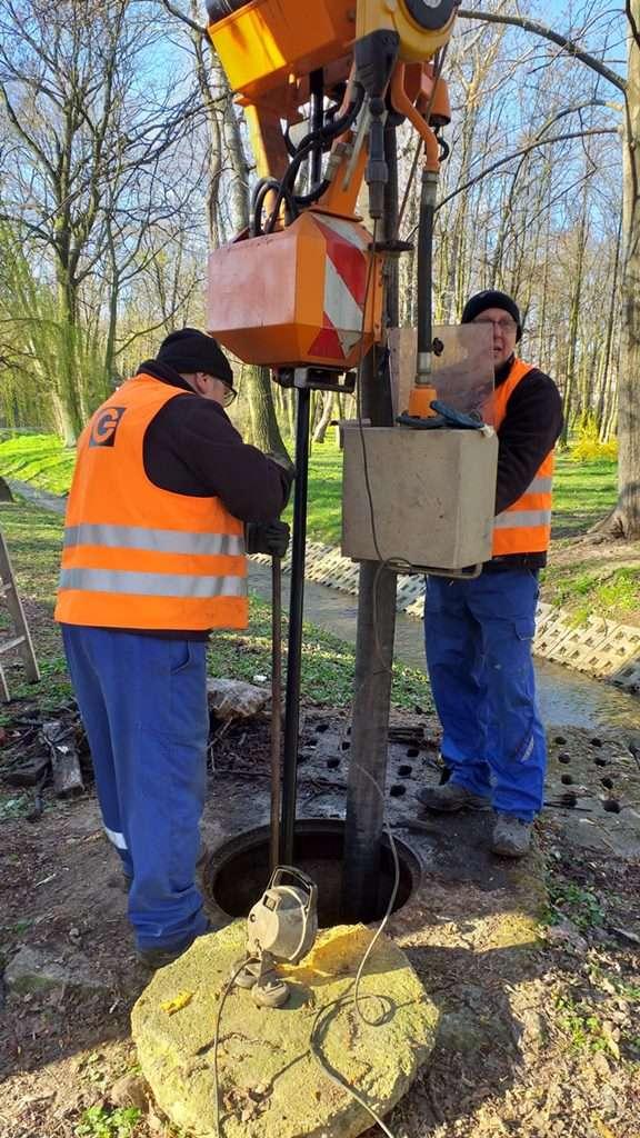 Pracownicy PWiK podczas oczyszczania rurociągu. (4)