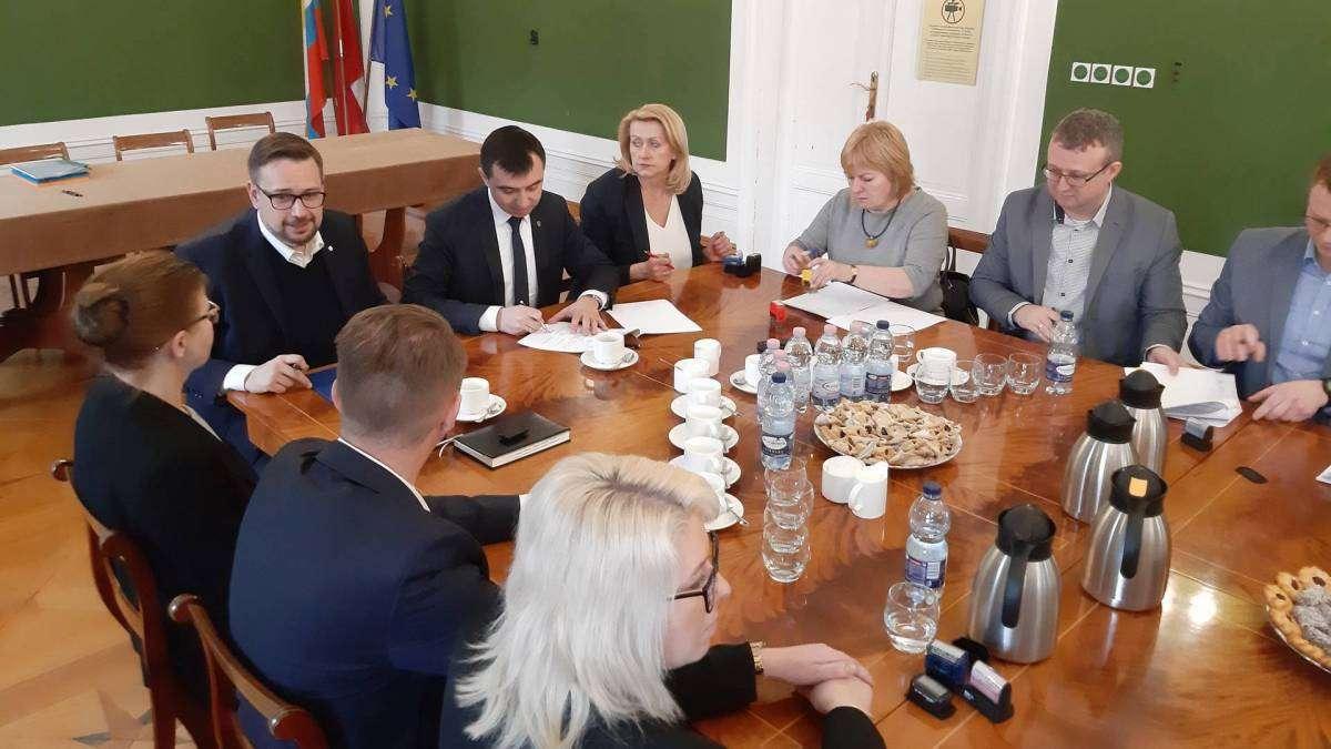 Prezydent Rafael Rokaszewicz podpisuje porozumienie