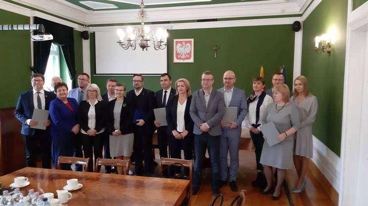 Przedstawiciele gmin po podpisaniu porozumienia