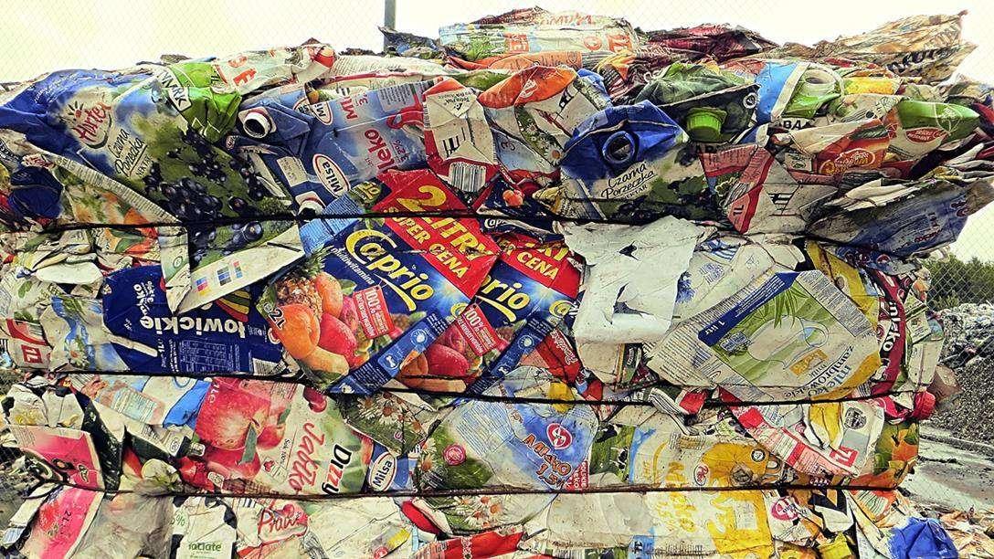 Opakowania wielomateriałowe należy wrzucać do plastików