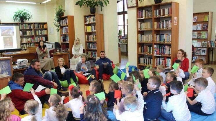 radni czytają przedszkolakom