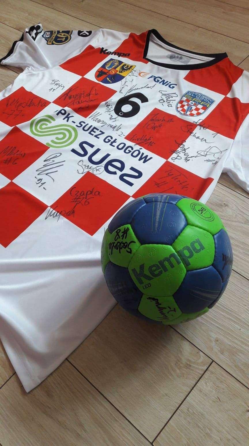 Koszulka i piłka SPR Chrobry Głogów przeznaczone na licytację