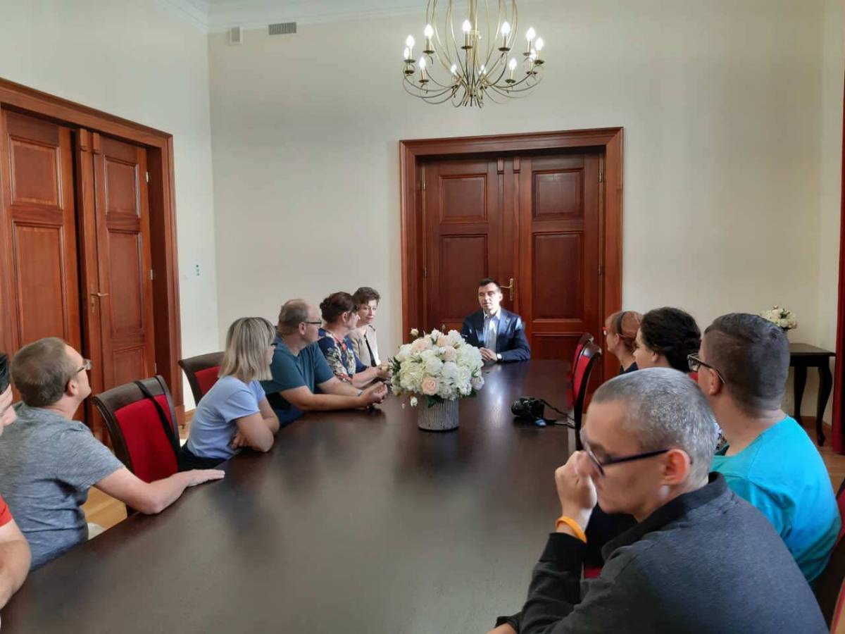 Uczestnicy terapii odwiedzili m.in.  głogowski Ratusz, gdzie prezydent opowiedział o śladach historii w Głogowie.