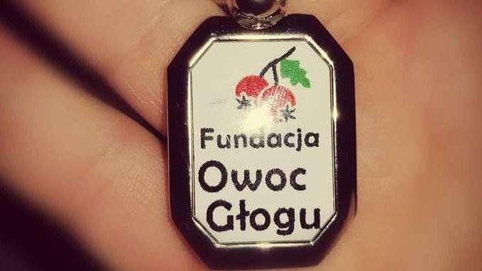 Breloczek fundacji Owoc Głogu z napisem i logo owocem głogu na gałązce