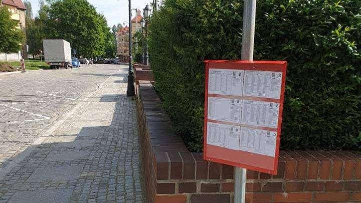 na zdjęciu tablica na przystanku autobusowym z rozkładem jazdy