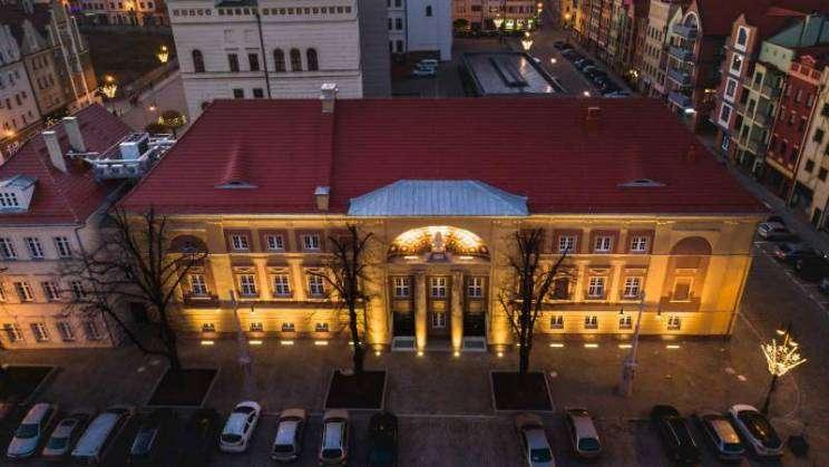 Budynek Teatru w Głogowie nocą i z lotu ptaka, zdj. Studio Siwek