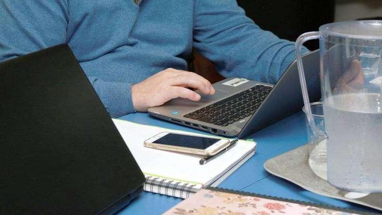 przedsiębiorca-praca-laptop-grafika.fot.Pixabay