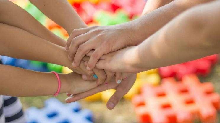 rodzina-ręce-pixabay-grafika