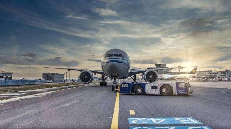 samolot na lotnisku (fot. Pixabay)