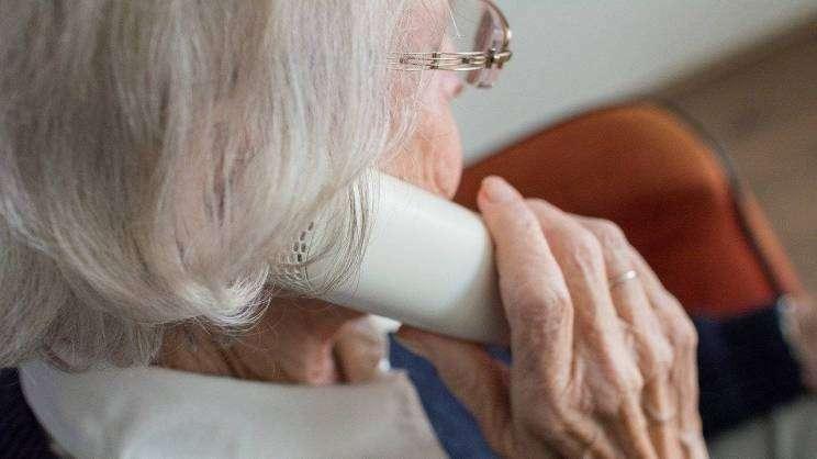 starsza kobieta rozmawia przez telefon (fot. Pixabay)