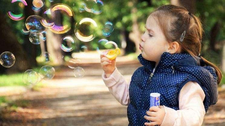 dziecko bańki mydlane (fot. Pixabay)