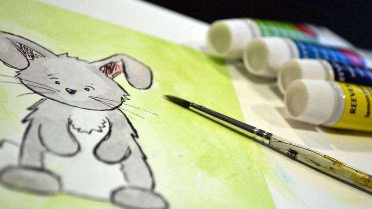 zabawy wielkanocne malowanie farbami króliczek (fot. Pixabay)