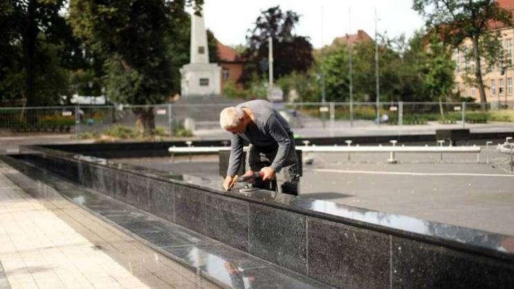 prace-montażowe-przy-fontannie-w-parku-słowiańskim-10.07.2020r.fot. M. Komperda (6)zajawka-w800-h600