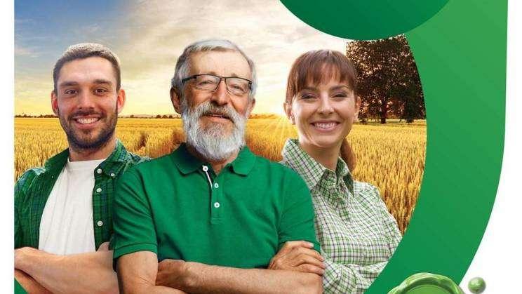 Plakat na którym znajdują się trzy osoby:Kobieta, mężczyzna w średnim wieku i mężczyzna w wieku senioralnym