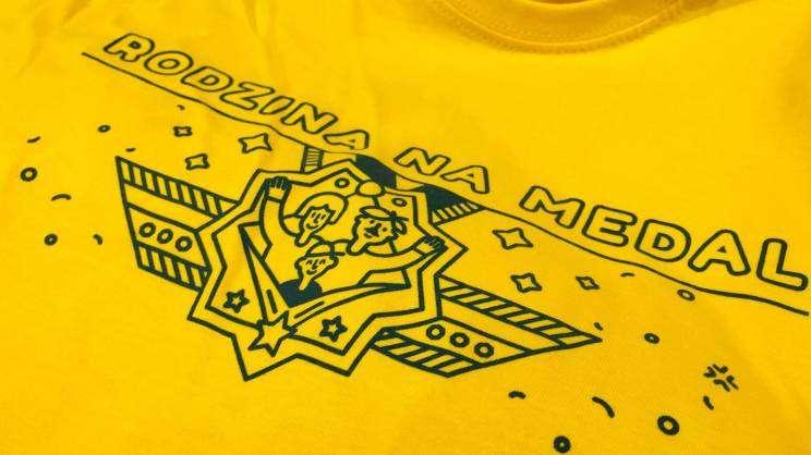 Rodzina na Medal grafika akcji na żółtej koszulce