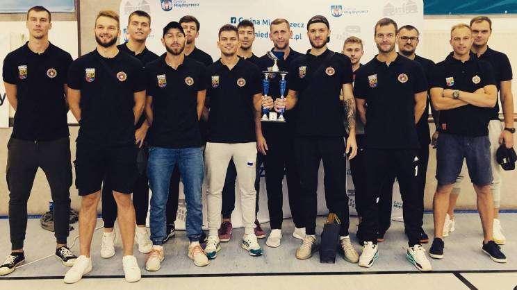 5_6.09.2020Międzyrzecz Memoriał Siatkarski, zdjęcie drużyny siatkarz z pucharemz. MDG