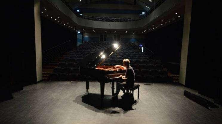 fortepian na scenie teatru im. A. Gryphiusa w Głogowie
