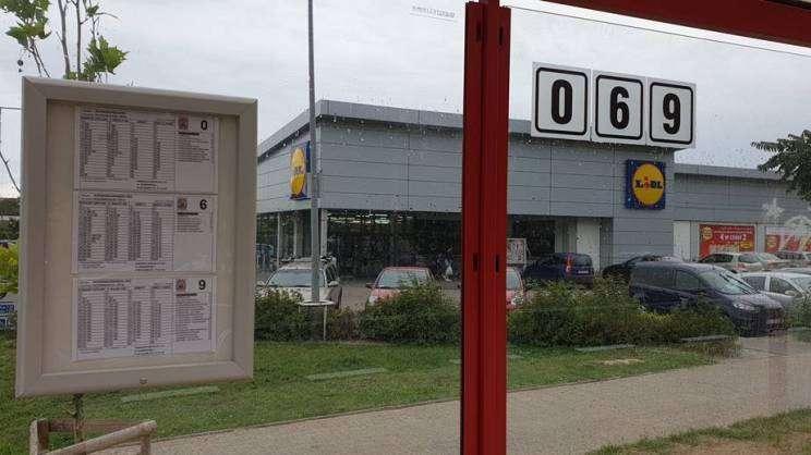 Na zdjęciu przystanek utobusowy przy ulicy Piłsudskiego w Głogowie. W tle widać sklep Lidl