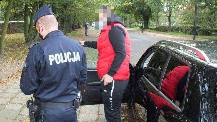2020-10-29 głogowscy policjanci przeprowadzają kontrole w związku z wejściem powiatu w strefę czerwoną