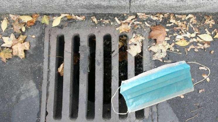 21.11.2020 maseczka przy kratce kanalizacyjnej
