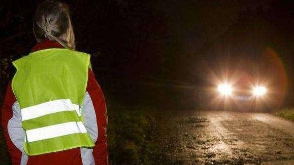 dziewczynka w kamizelce odblaskowej na drodze. odblaski.kampania Policja.Głogów