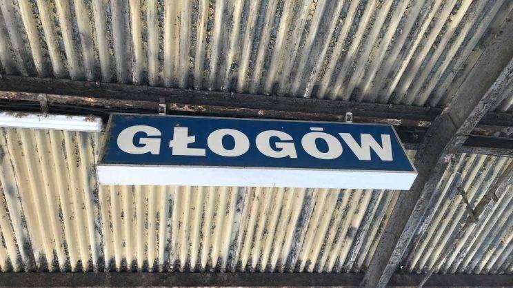Tablica z napisem Głogó. Dworzec PKP w Głogowie. fot. M.Dytwińskaglogow-z-dgl
