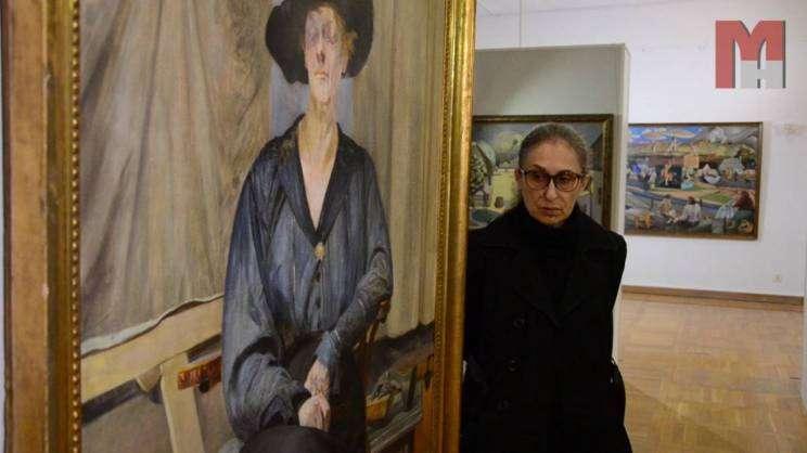 Na zdjęciu kustosz wystawy Eryka Stolarska przy obrazie Malczewskiego w Głogowie
