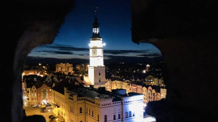 11.12.2020 wieża ratuszowa w Głogowie w nocy