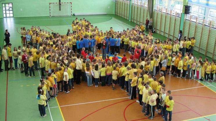 SP 12 w Głogowie dzieci na sali gimnastycznej