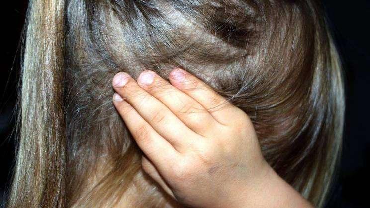 dziecko-zatykające -uszy-przemoc