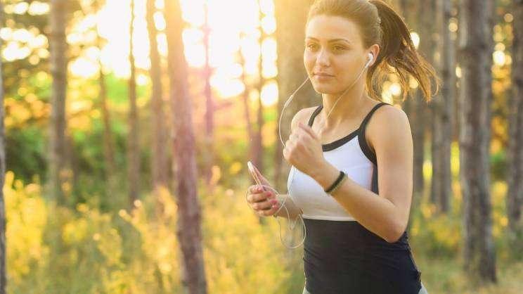 Na zdjęciu widnieje biegnąca kobieta po lesie - pixabay