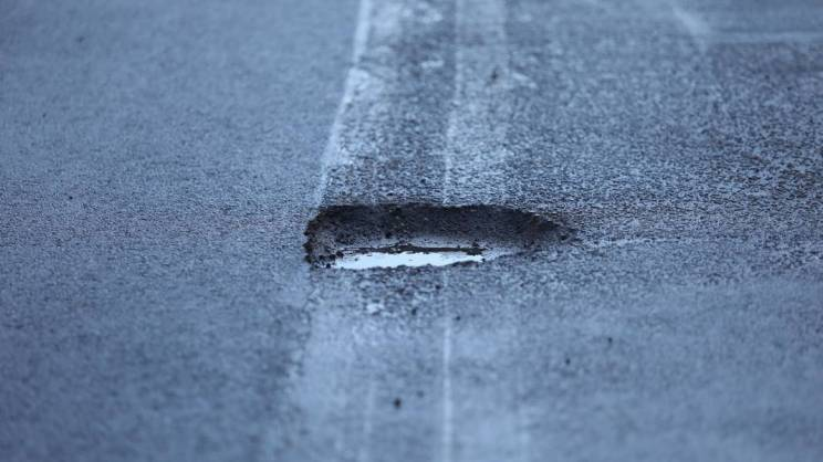 dziura w ulicy na Aleji Wolności w Głogowie fot. Mateusz Komperda