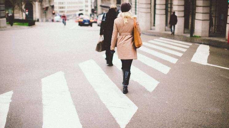 2021-03-29 przejście przez ulicę (fot. Pixabay)