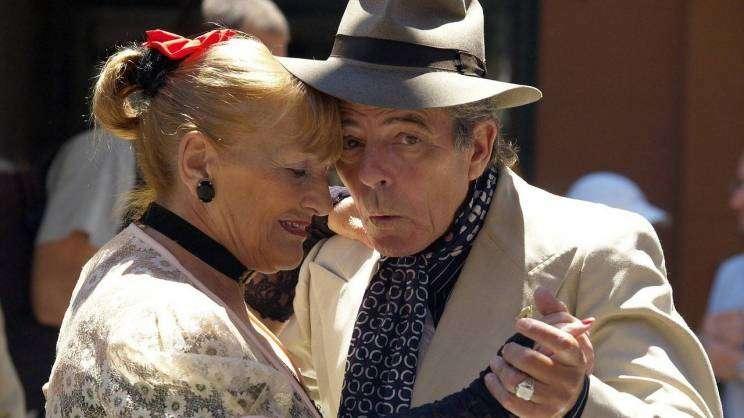 Na fotografi widnieje kobieta i mężczyzna, którzy tańczą fot. pixabay