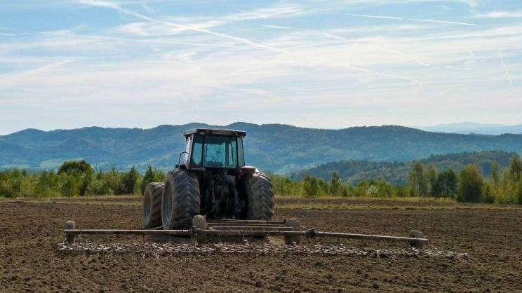 2021-04-27 traktor na polu (fot. pixabay)