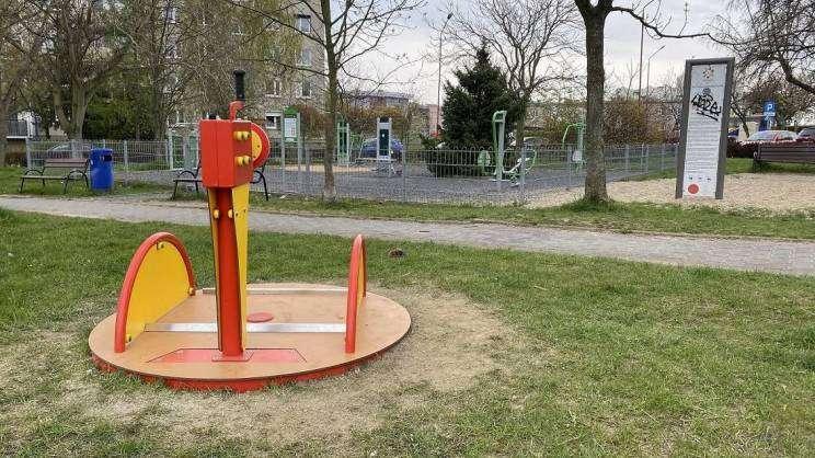 2021-04-29-zabawki-integracyjne-na-placach-zabaw-fot.-K.-Brzezinska-11