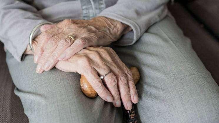senior ręce fot. pixabay