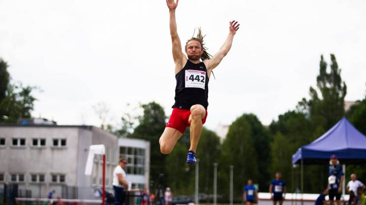 Adrian-Olszewski-podczas-skoku-w-dal-na-Mistrzostwach-Polski-w-Lekkoatletyce-Masters-26.06.2021.-Olsztyn