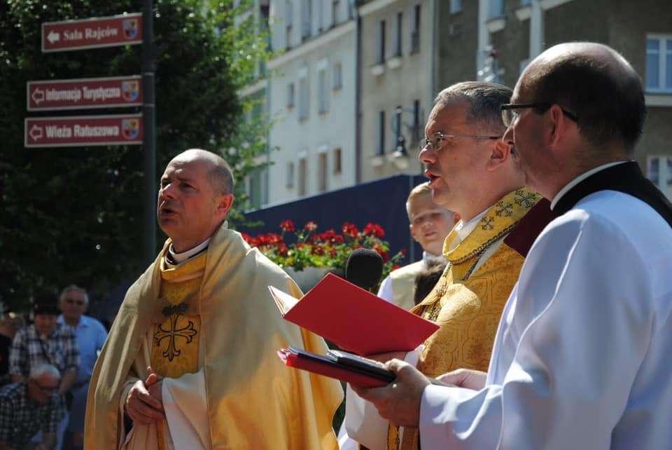 Księża podczas procesji Bożego Ciała w Głogowie w 2019 r.