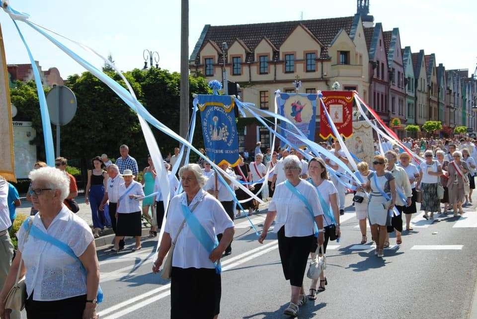 Na zdjęciu kobiety idące ulicą Aleja Wolności w Głogowie podczas uroczystości Bożego Ciała 2019 r.
